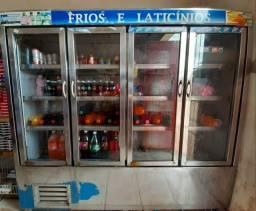 Balcão refrigerador/expositor vertical com 4 portas.