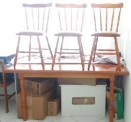 Mesa de madeira com 6 cadeiras R$600,00