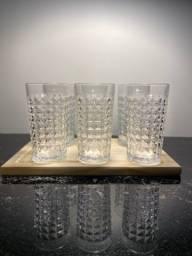 Jogo de 6 copos transparente acabamento diamante com bandeja em madeira novo