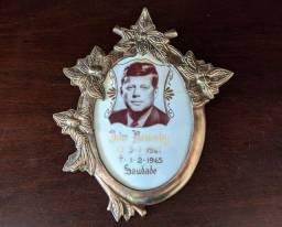 Antigo quadro do ex presidente john Kennedy em bronze peça linda