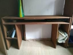 Estante e mesa de escritório de madeira