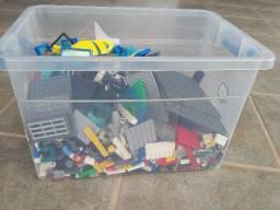 Grande caixa com peças LEGO