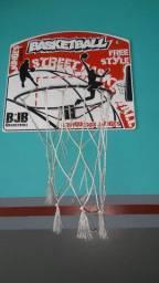 Cesta e bola de basquete