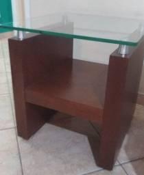 Duas lindas e impecáveis mesas de centro e lateral com tampo de vidro