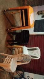 Vendo essa cadeira e essa mesas tudo por R$=520.00