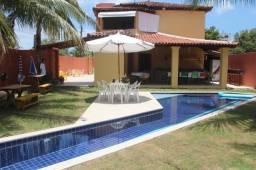 Casa com 4 suítes e ampla piscina na orla de Porto Seguro