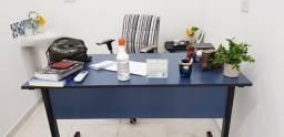 Mesa de escritório com duas gavetas.