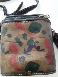 Bolsa em couro pintado pequena em formato quadrado com alça regulável