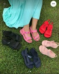 Papetes e sandália disponível