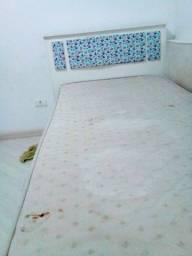 Cama solteiro branca + colchão 200,00