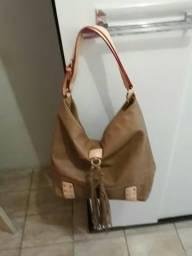 Bolsa de couro na cor marrom com design em bege