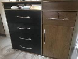 Comoda com cinco gavetas e uma porta