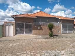 Vendo- Casa com três dormitórios em São Lourenço-MG