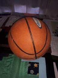 Vendo bola de basquete e proteção para mãos, joelhos e cotovelos