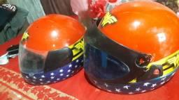 2 capacetes 1 de criança e outro adulto feminino