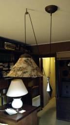 Luminária pendente antiga com contrapeso