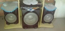 Três caixas de som