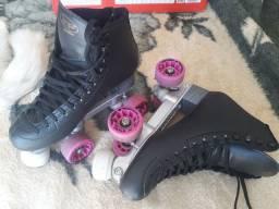 Patins Quad RYE TOY Clássico Profissional<br>Preto e rodas rosa.