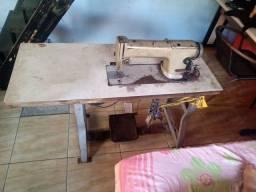 Máquina de costura industrial com bancada