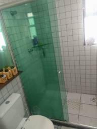 Box Blindex verde, de L130cm x A180cm com duas folhas de vidro temperado de 65cm e 70cm.