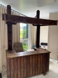 Bar de madeira com luz