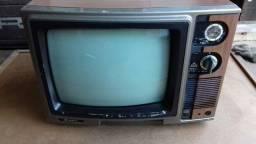Televisão antiga colorida Sanyo.