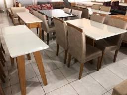 Mesa toda de madeira com 4 cadeiras