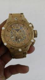 Um relógio Invicta modelo 21678 ouro 18 quilates