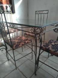 Vender mesmo linda mesa de vidro,com 4 cadeiras ferro