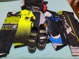 Roupas e sapatilha de ciclismo usados