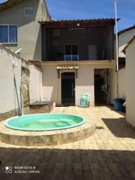 Casa com piscina em condomínio.