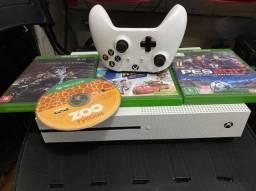 Xbox one S, com um controle e quatro jogos