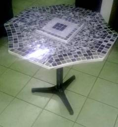 Mesa com pastilhas de vidro