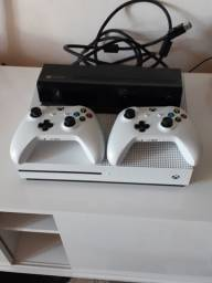 X Box One S 1TB com Kinect; 2 controles + jogos