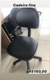 Cadeira para escritório:estofada de rodinha e com encosto.