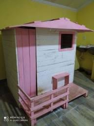 Vende se uma casinha de criança
