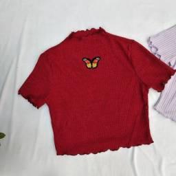 blusa cropped com borboleta bordada