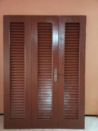Porta de madeira três folhas