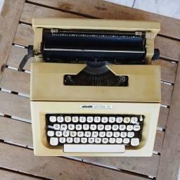 Ano 1975 possui fita na cor preta Maquina de datilografia antiga - antiguidade