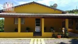 Linda chácara em Pedra Bela, 03 dormitórios, ótima localização, cômodos amplos, pomar