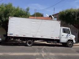 Caminhão baú de mudanças *