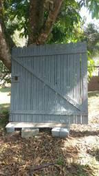 Portão de madeira em ótimo estado