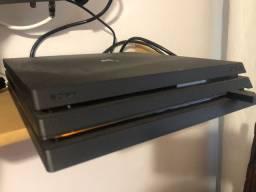PlayStation 4 PRO com 3 controles