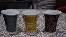 Peças banhadas em prata e canecas de porcelana. Castiçal, bandeja e jarra
