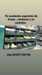 Expositor de frutas e verduras. Juntos com as caixas.