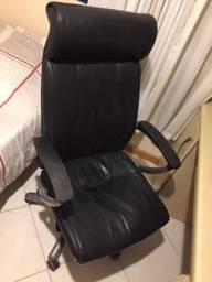 Cadeira Ergonômica Giratória - Estilo Presidente - Couro Preto