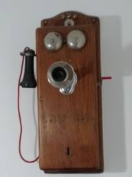 telefone antigo de parede de madeira
