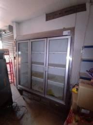 Uma frizer duas portas , uma frizer de frios e uma fatiadeira