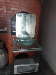 Móvel de banheiro com cuba, espelho e torneira