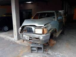 Hilux 2003 Diesel com carroceria de madeira Batida